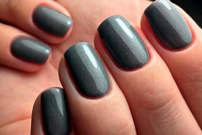 Esmalte escuro fortalece o crescimento das unhas