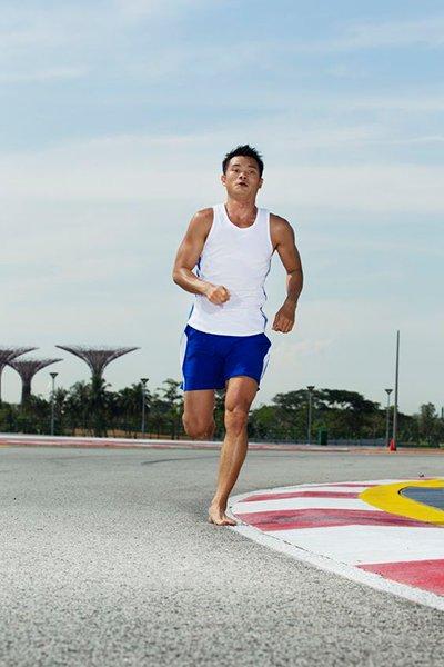 Correr descalço ou com tênis?